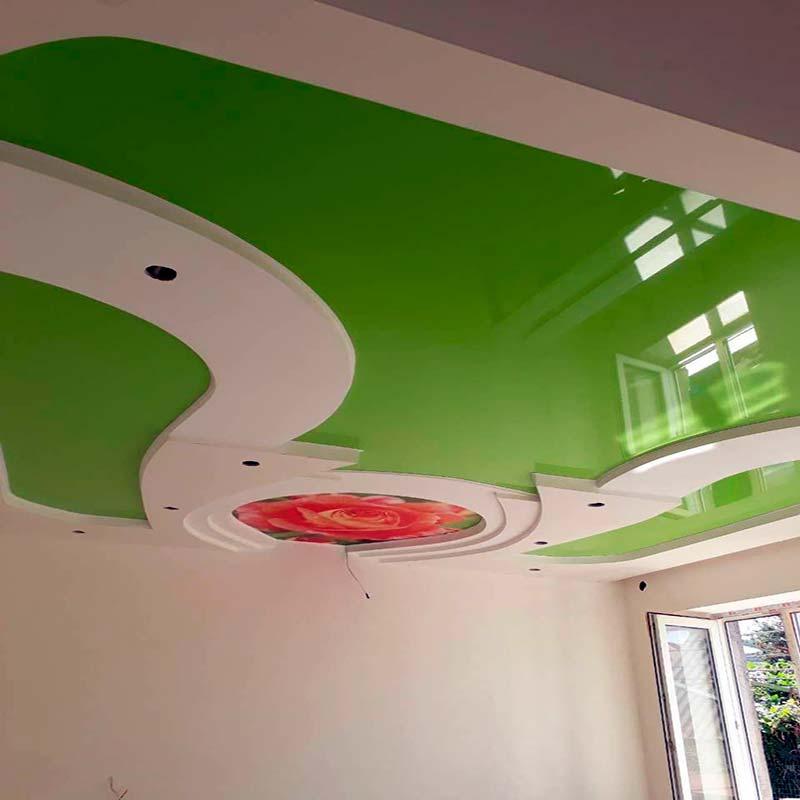 Глянцевый бежевый натяжной потолок в интерьере - стиль лофт